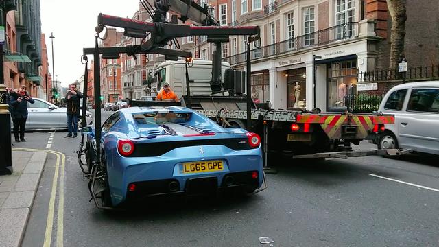 Ferrari 458 Speciale Aperta bị cảnh sát cẩu đi ngay trên phố - Ảnh 1.