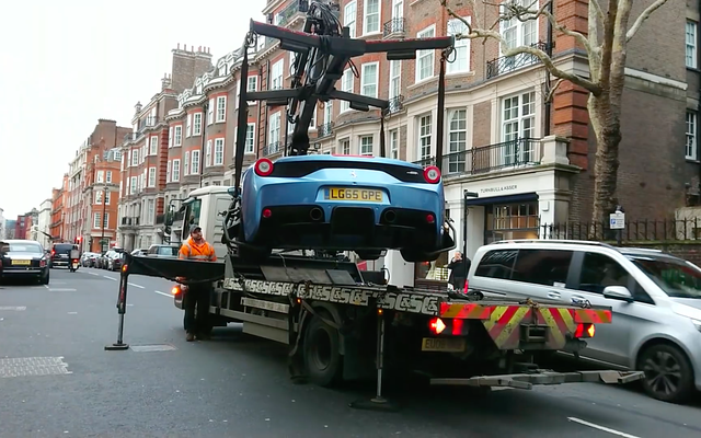 Ferrari 458 Speciale Aperta bị cảnh sát cẩu đi ngay trên phố - Ảnh 3.