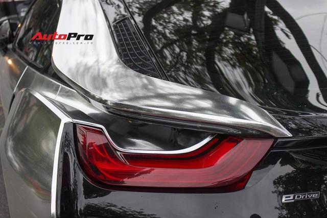 BMW i8 dán decal đổi màu chrome bạc nổi bật trên phố Hà Nội - Ảnh 10.