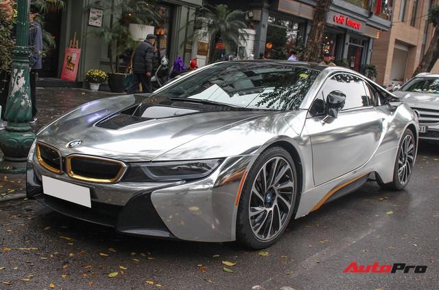 BMW i8 dán decal đổi màu chrome bạc nổi bật trên phố Hà Nội - Ảnh 1.