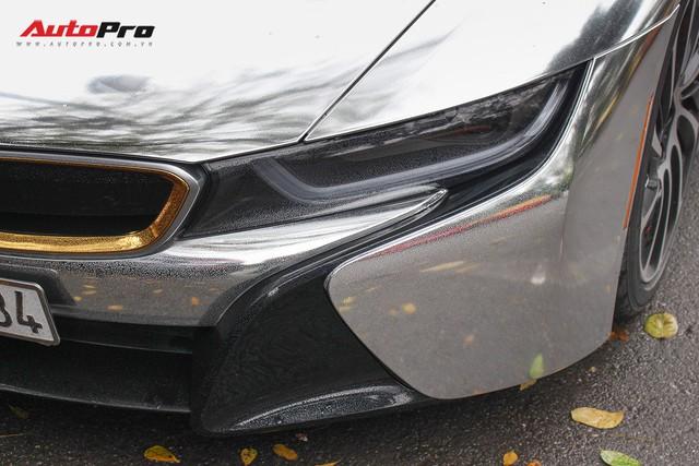 BMW i8 dán decal đổi màu chrome bạc nổi bật trên phố Hà Nội - Ảnh 7.