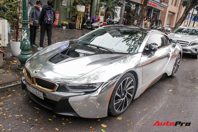 BMW i8 dán decal đổi màu chrome bạc nổi bật trên phố Hà Nội - Ảnh 3.