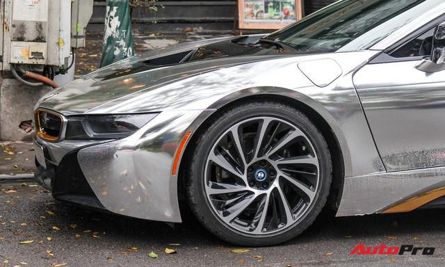 BMW i8 dán decal đổi màu chrome bạc nổi bật trên phố Hà Nội - Ảnh 8.