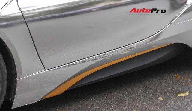 BMW i8 dán decal đổi màu chrome bạc nổi bật trên phố Hà Nội - Ảnh 6.