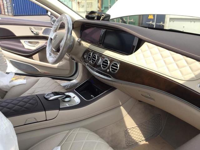 Vừa thông quan, Mercedes-Maybach S600 Pullman đầu tiên Việt Nam đã lượn phố - Ảnh 6.