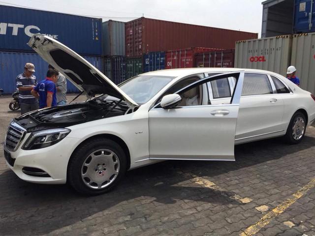 Vừa thông quan, Mercedes-Maybach S600 Pullman đầu tiên Việt Nam đã lượn phố - Ảnh 5.