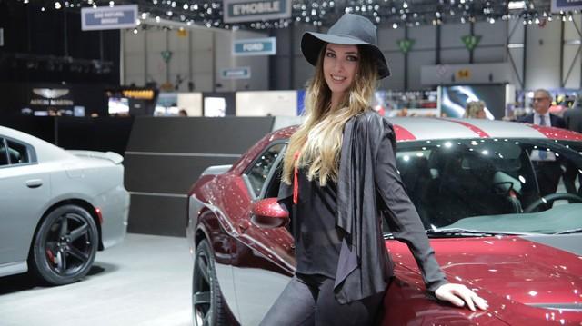 Các hãng xe lớn dần nói không với người mẫu nữ thiếu vải