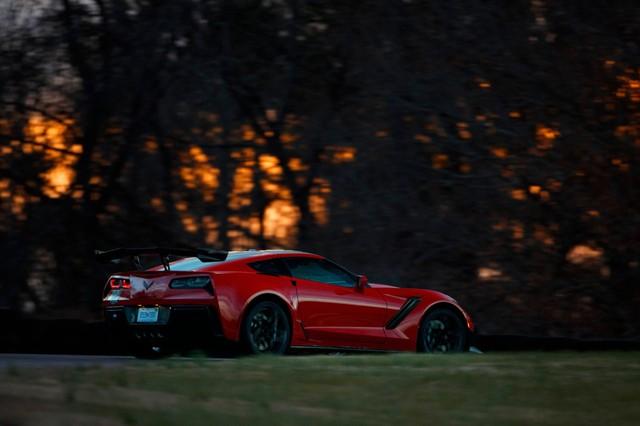 Thợ cơ khí lái Chervolet Corvette ZR1 2019 đánh bại tay đua lái siêu xe Ford GT - Ảnh 4.