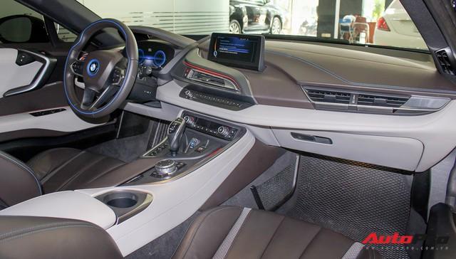 BMW i8 dán decal chrome bạc độc nhất Việt Nam rao bán lại giá 3,9 tỷ đồng - Ảnh 23.