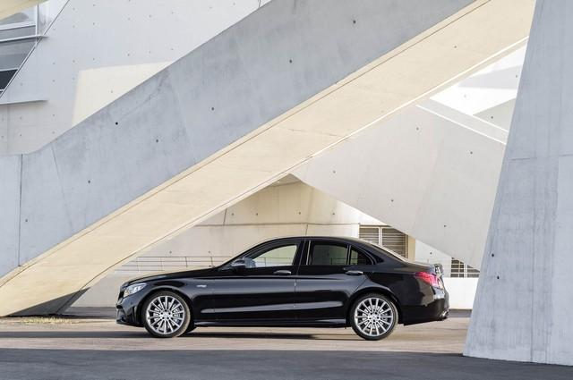 Mercedes-Benz C-Class thế hệ mới lần đầu tung video chạy thử, phản đòn BMW 3-Series - Ảnh 2.