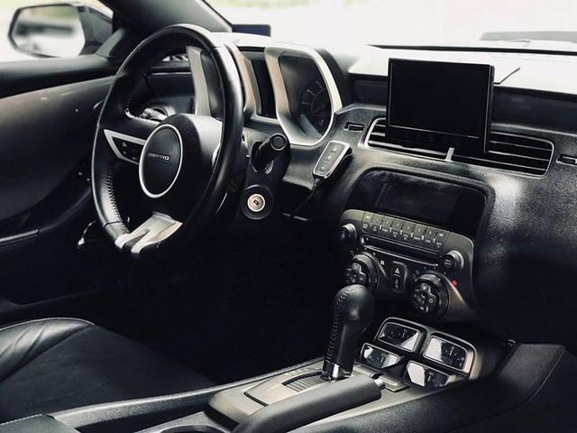 Xe thể thao Chevrolet Camaro 7 năm tuổi bán lại giá ngang Toyota Camry - Ảnh 7.