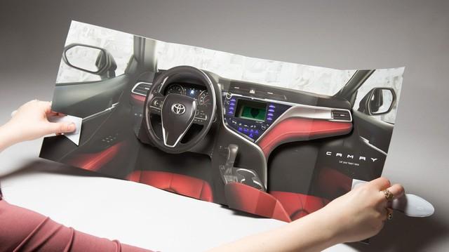 Toyota tung quảng cáo sốc cho Camry: Gói gọn nội thất trong trang báo