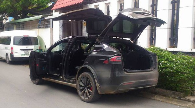 [Video] Tesla Model X tung cánh, nháy đèn theo nhịp nhạc tại Việt Nam - Ảnh 3.