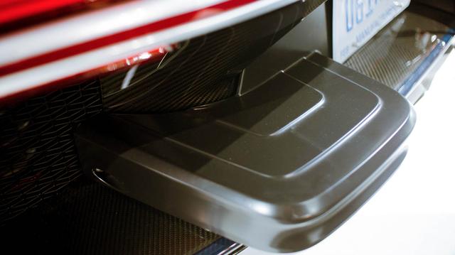 Vì sao Bugatti Chiron tại Mỹ phải gắn thêm chi tiết xấu xí này? - Ảnh 1.