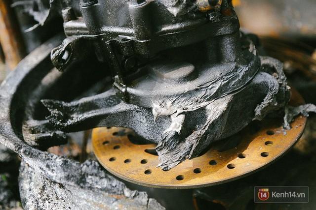 Hàng trăm xe máy, ô tô hạng sang bị cháy trơ khung tại chung cư Carina được kéo ra ngoài bán sắt vụn - Ảnh 18.