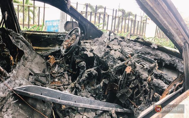 Hàng trăm xe máy, ô tô hạng sang bị cháy trơ khung tại chung cư Carina được kéo ra ngoài bán sắt vụn - Ảnh 2.