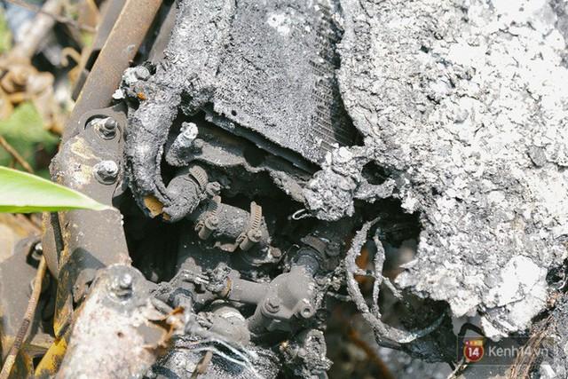 Hàng trăm xe máy, ô tô hạng sang bị cháy trơ khung tại chung cư Carina được kéo ra ngoài bán sắt vụn - Ảnh 20.
