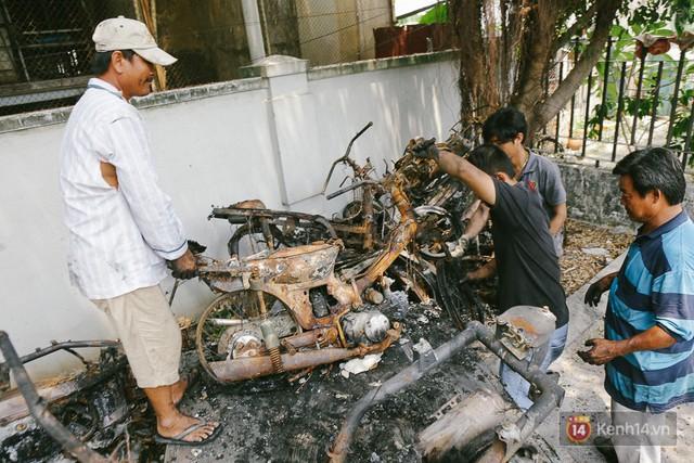 Hàng trăm xe máy, ô tô hạng sang bị cháy trơ khung tại chung cư Carina được kéo ra ngoài bán sắt vụn - Ảnh 22.