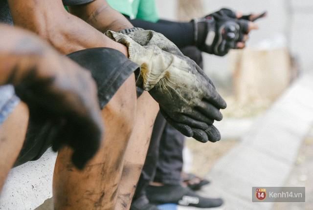 Hàng trăm xe máy, ô tô hạng sang bị cháy trơ khung tại chung cư Carina được kéo ra ngoài bán sắt vụn - Ảnh 25.