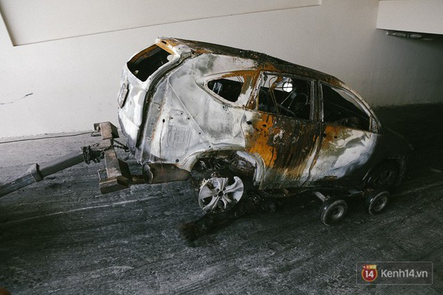 Hàng trăm xe máy, ô tô hạng sang bị cháy trơ khung tại chung cư Carina được kéo ra ngoài bán sắt vụn - Ảnh 5.