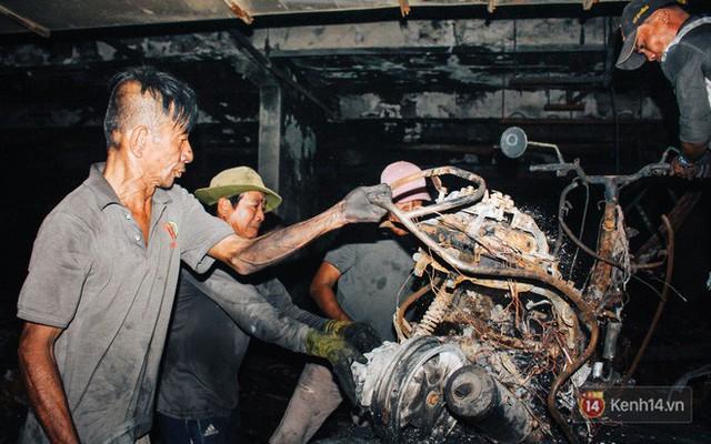 Hàng trăm xe máy, ô tô hạng sang bị cháy trơ khung tại chung cư Carina được kéo ra ngoài bán sắt vụn - Ảnh 9.