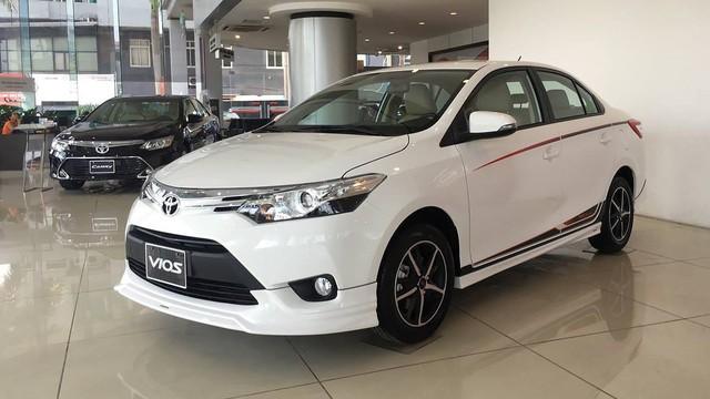 Toyota Vios khuyến mại nóng, Camry tăng giá nhẹ