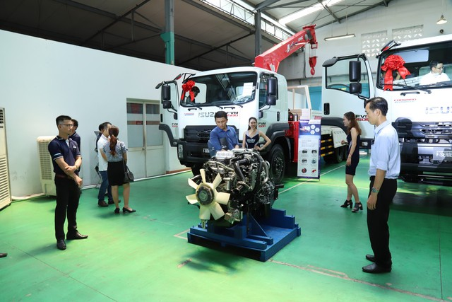Isuzu trang bị cảm biến, camera lùi và cả động cơ chuẩn khí thải Euro 4 cho xe tải - Ảnh 2.