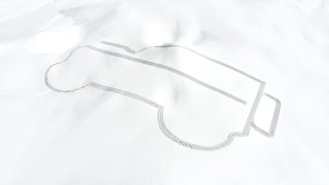 Người đàn ông bước 20.894 trên tuyết để vẽ hình Land Rover - Ảnh 1.