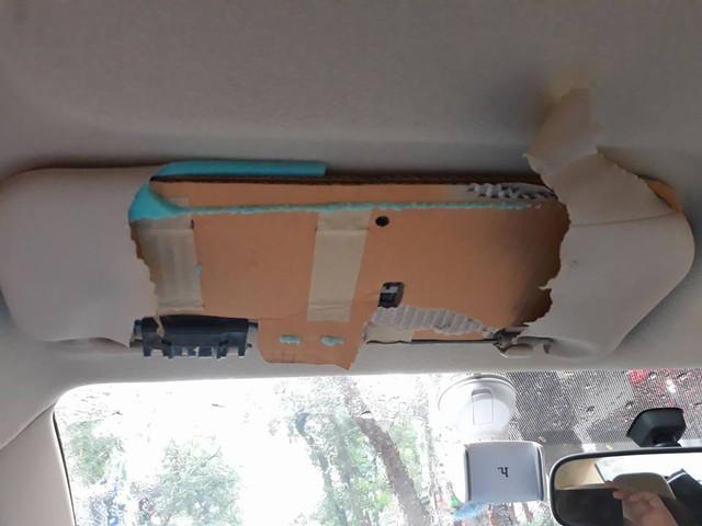 Toyota bị người dùng tố làm tấm chắn nắng từ bìa cứng carton kém chất lượng - Ảnh 1.