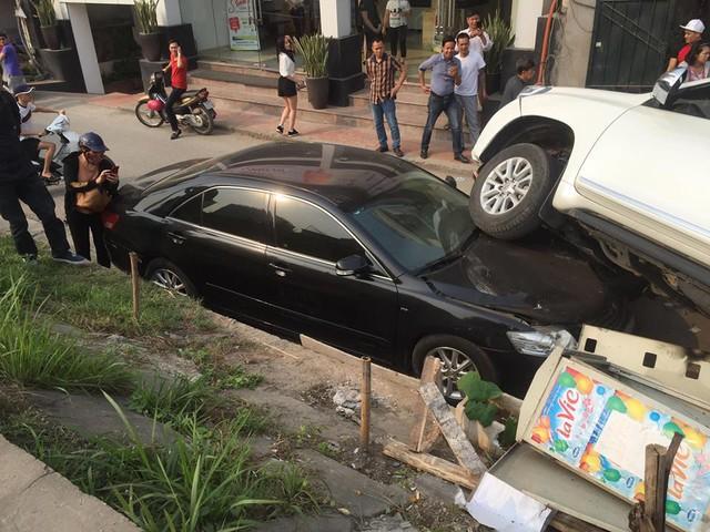 Đang đỗ dưới đê, Toyota Camry bất ngờ bị Land Cruiser Prado rơi trúng đầu - Ảnh 3.