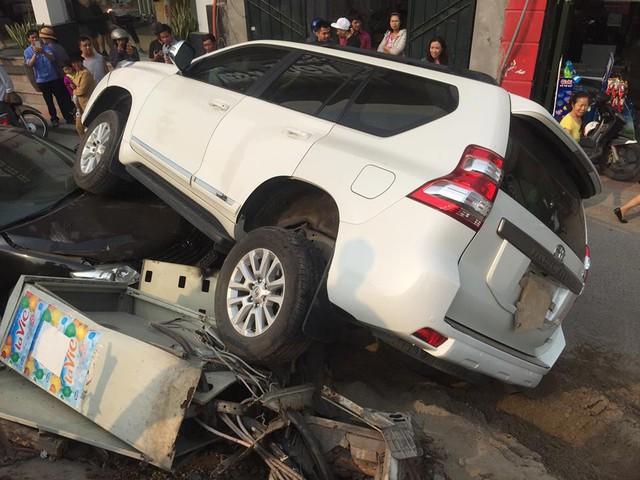 Đang đỗ dưới đê, Toyota Camry bất ngờ bị Land Cruiser Prado rơi trúng đầu - Ảnh 2.