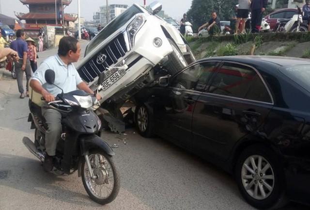 Đang đỗ dưới đê, Toyota Camry bất ngờ bị Land Cruiser Prado rơi trúng đầu - Ảnh 1.