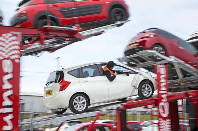 Vận chuyển xe về đại lý đúng là nghệ thuật và lái xe quả thật là nghệ sỹ - Ảnh 3.