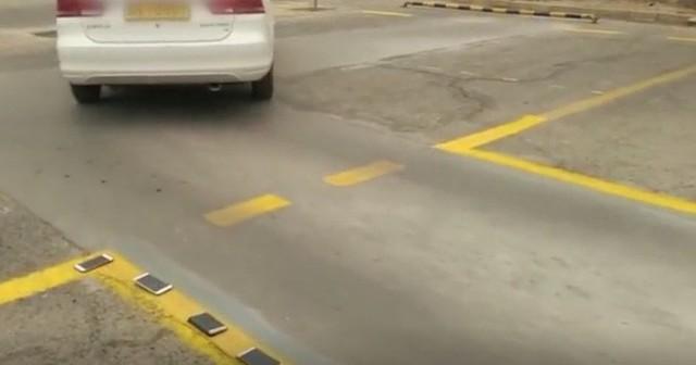 Trung Quốc: Dạy lùi xe bằng cách để điện thoại của học viên lên vạch kẻ sơn - Ảnh 3.
