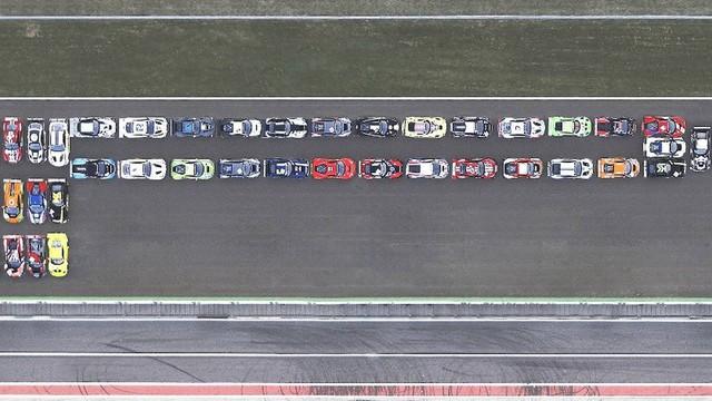 41 siêu xe, 12 thương hiệu, 22.000 mã lực và logo Pirelli lớn nhất thế giới - Ảnh 2.