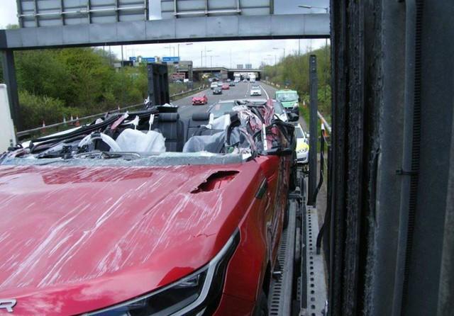 Tài xế này cho Land Rover thấy Range Rover Velar mui trần sẽ như thế nào - Ảnh 1.