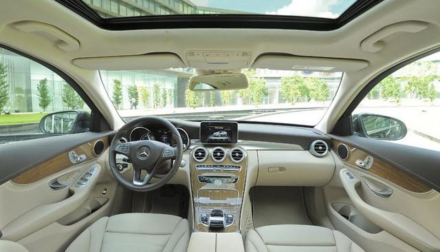Cất Mazda CX-5, Hữu Công cầm lái Mercedes-Benz C250 Exclusive đi đón dâu - Ảnh 2.