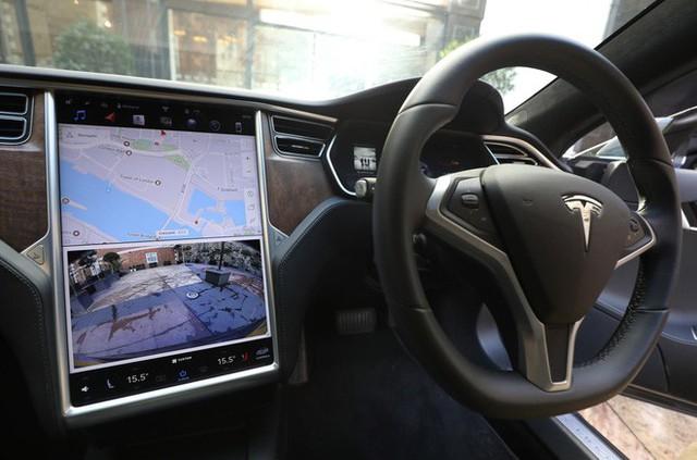 Một chủ sở hữu xe Tesla có thể bị cấm lái xe 18 tháng vì rời khỏi ghế lái xe - Ảnh 1.
