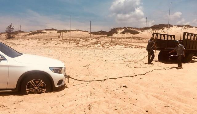 Công nông kéo Mercedes-Benz GLC 250 sa chân dưới đồi cát và lời khuyên của các chuyên gia - Ảnh 4.