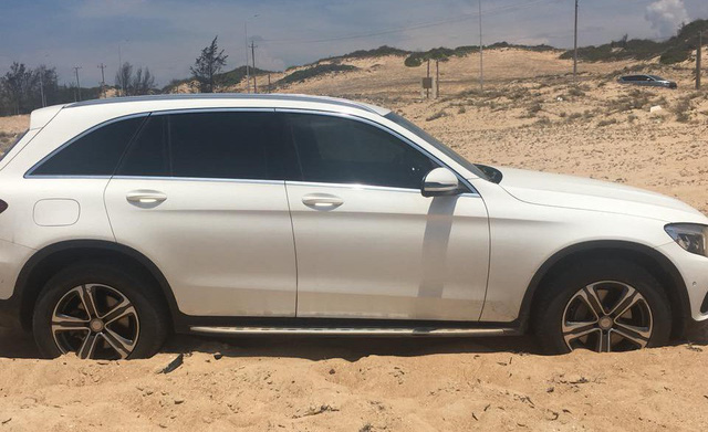 Công nông kéo Mercedes-Benz GLC 250 sa chân dưới đồi cát và lời khuyên của các chuyên gia - Ảnh 3.