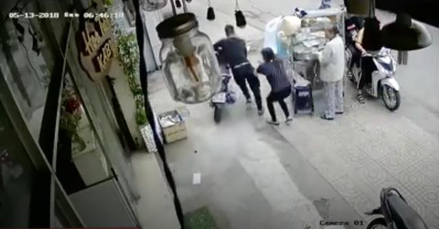 Clip: Tên trộm lợi dụng sơ hở hack xe ngay trước mặt chủ nhà trong một nốt nhạc - Ảnh 1.