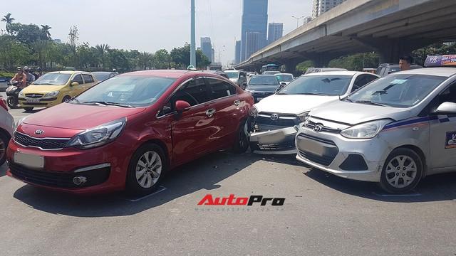 Toyota Yaris bị kẹp giữa xe taxi và Kia Rio giữa trưa nắng tại Hà Nội - Ảnh 1.