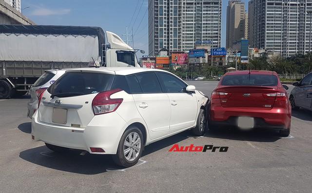 Toyota Yaris bị kẹp giữa xe taxi và Kia Rio giữa trưa nắng tại Hà Nội - Ảnh 6.