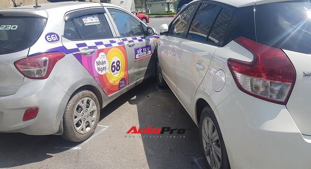 Toyota Yaris bị kẹp giữa xe taxi và Kia Rio giữa trưa nắng tại Hà Nội - Ảnh 5.