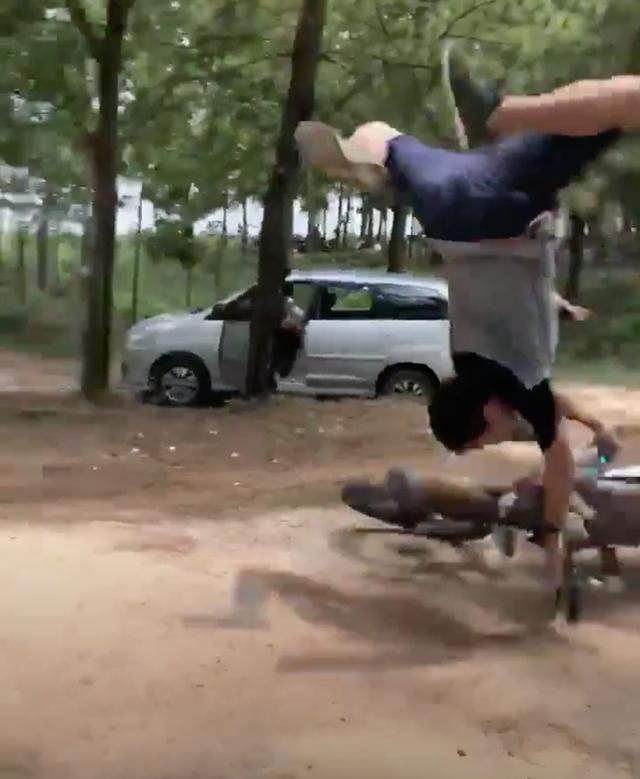 Clip: Thanh niên biểu diễn cào cào bay giống trong phim nhưng bất thành khiến xe một nơi người một nẻo - Ảnh 1.