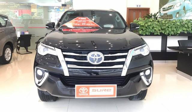 Hết hàng mới, Toyota Fortuner cũ bán chính hãng gần ngang ngửa giá lăn bánh xe chưa qua sử dụng - Ảnh 1.