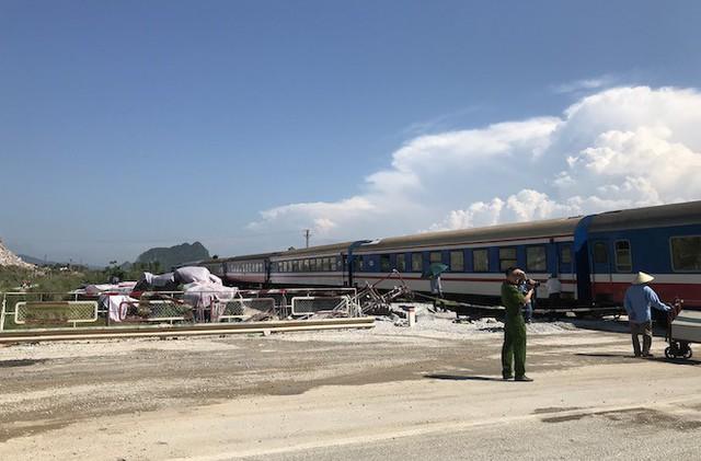 Cận cảnh hàng trăm mét đường ray bị lệch sau vụ tàu hỏa đâm xe ben - Ảnh 2.