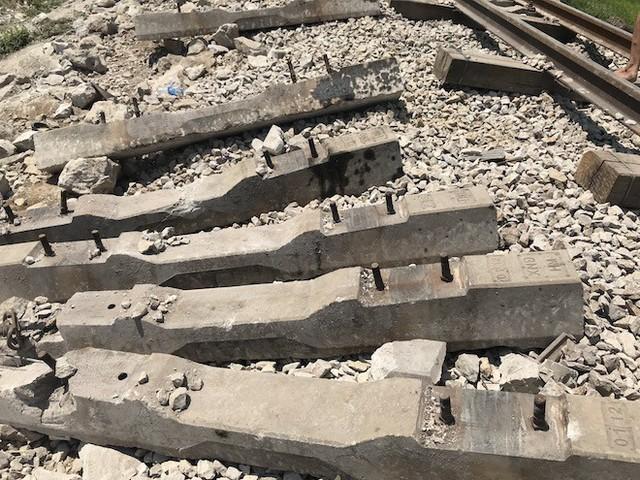Cận cảnh hàng trăm mét đường ray bị lệch sau vụ tàu hỏa đâm xe ben - Ảnh 13.