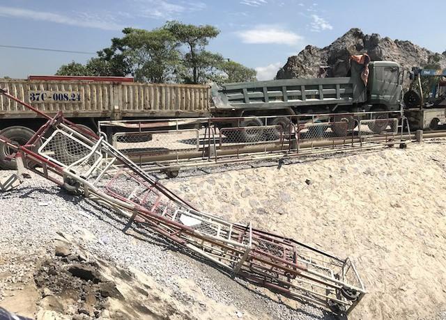 Cận cảnh hàng trăm mét đường ray bị lệch sau vụ tàu hỏa đâm xe ben - Ảnh 9.