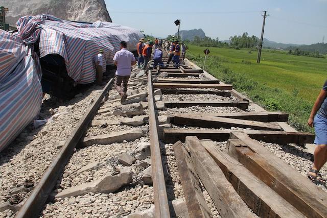 Cận cảnh hàng trăm mét đường ray bị lệch sau vụ tàu hỏa đâm xe ben - Ảnh 10.